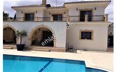 Kıbrıs Girne Esentepe Satılık 240 m2 Yüzme havuzlu 4+1  villa