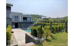 Urla Kalabak ta Site İçinde Müstakil Havuzlu Geniş Bahçeli Villa