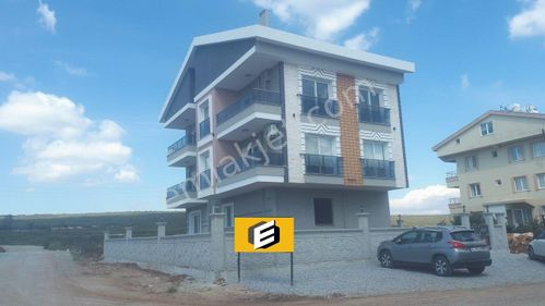Cumhuriyet mahallesinde Yeni Binada Ara Kat 1+1 Daire 270