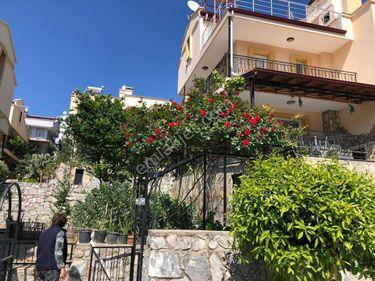 Kuşadası Soğucak Dağcılar Sit.nde Satılık Deniz Manzaralı Villa
