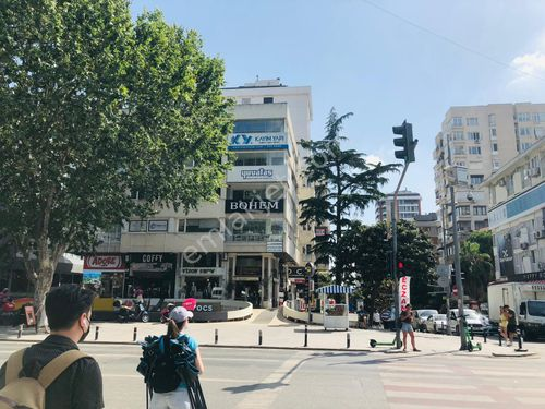 Caddebostan ışıklarda Köşe binada tabela değeri yüksek konut