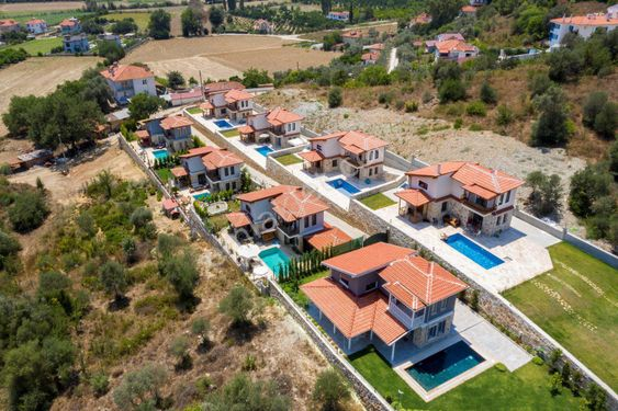 Ula Ataköy'de 740m2 Arsa, 90m2, 3+1, Yüzme Havuzlu Villa