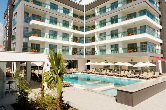 1+1 Alanya'da Denize 350 mt havuzlu, özel plajlı daire
