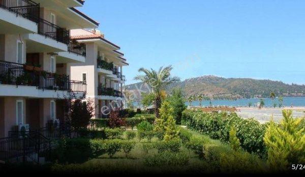 Fethiye de Satılık denize sıfır havuzlu sitede 2+1 bahçe katı